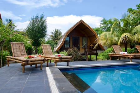 Cozy pool view bungalow w AC, Gili Air beach side