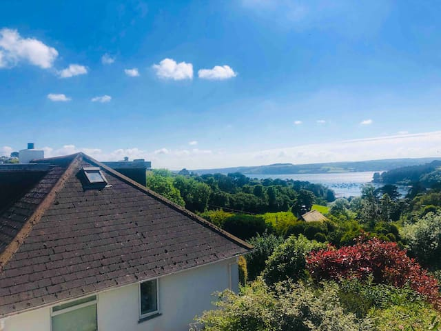 Gorgeous 4 bed house with sea views and hot tub