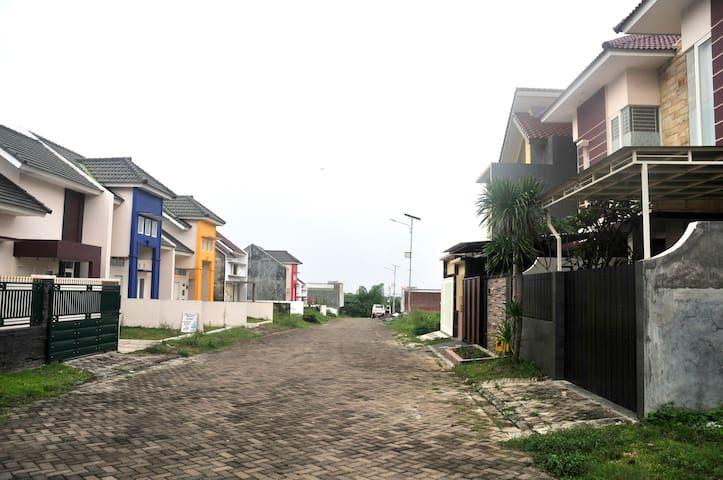Neighborhood, Jalan depan rumah untuk area parkir