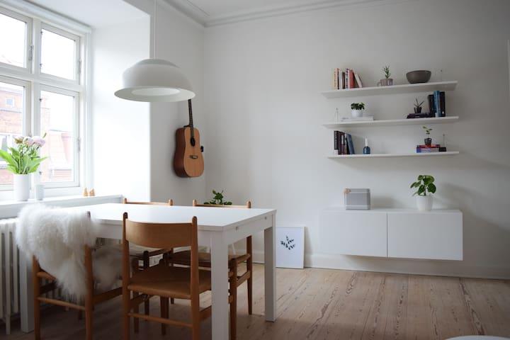 Hyggelig og lys lejlighed i Øgaderne - Aarhus C.