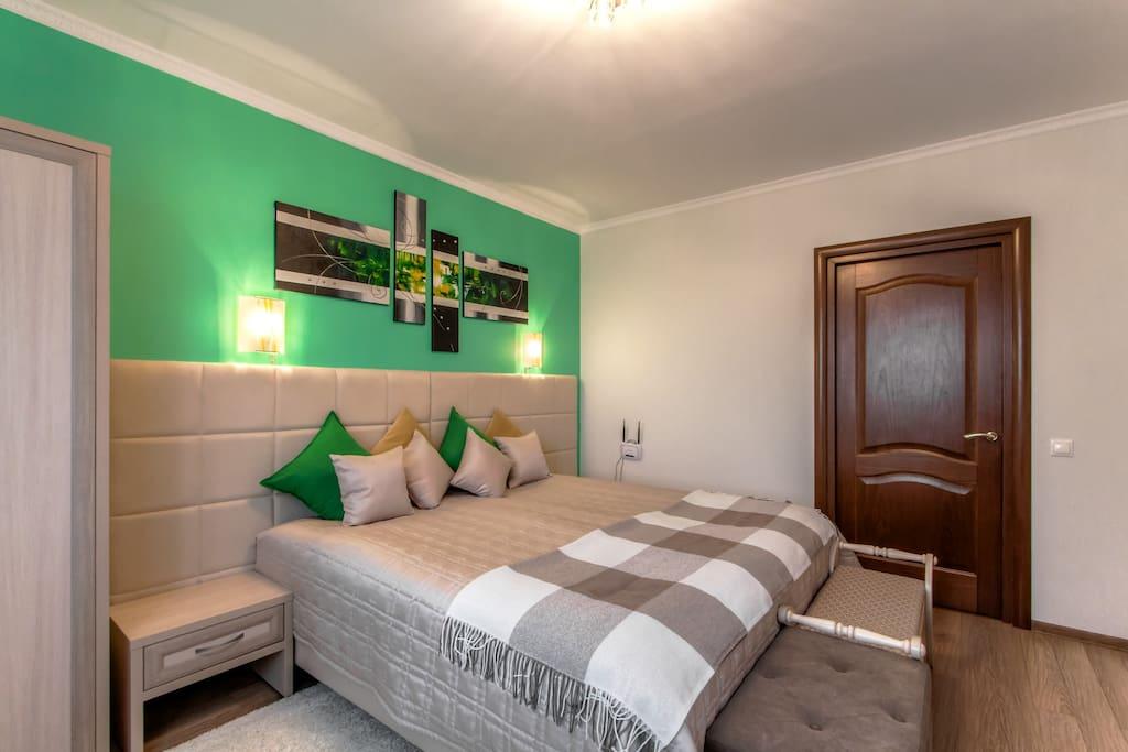 Уютная банкетка и сундучок для декоративных подушек и текстиля