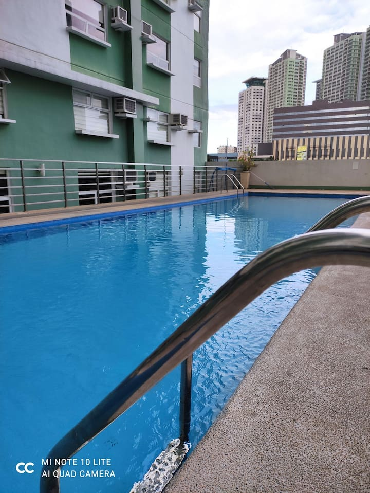 Relaxing, Fully Furnished 2BR Loft Style in QC RM2