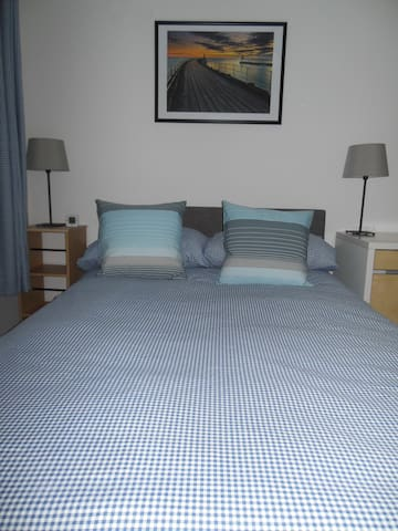 Bright, Airy Small Double Room- 24 hour check-in - Witney - Apartemen
