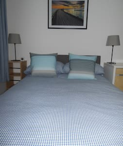 Bright, Airy Small Double Room- 24 hour check-in - Witney - 아파트