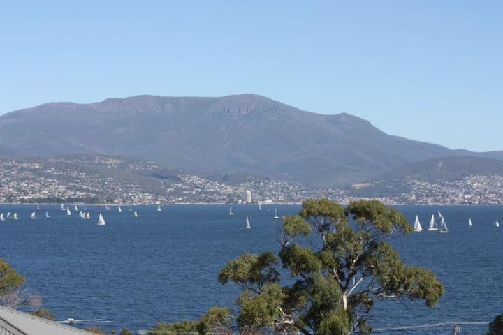 """Jacinta"" - beautiful surroundings - Tranmere, Hobart - Apartment"