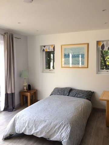 Large, modern self-contained annexe in quiet area