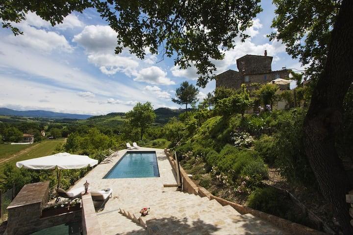 Casa storica con piscina nella natura umbra