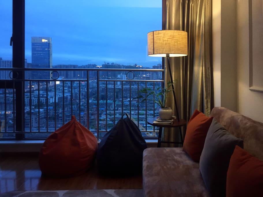 超棒的视野,客厅的落地大窗。超喜欢晚上7:00左右的天。  为了家人安全,专门加了防护栏。