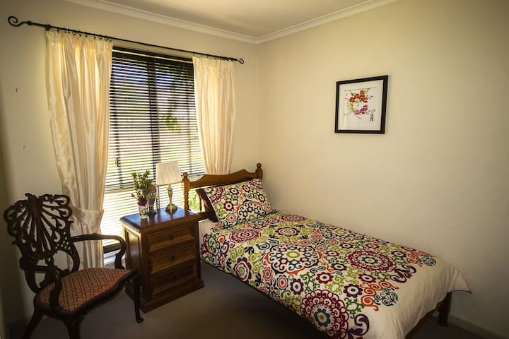 Cosy Bedroom in Quiet Location - Morningside