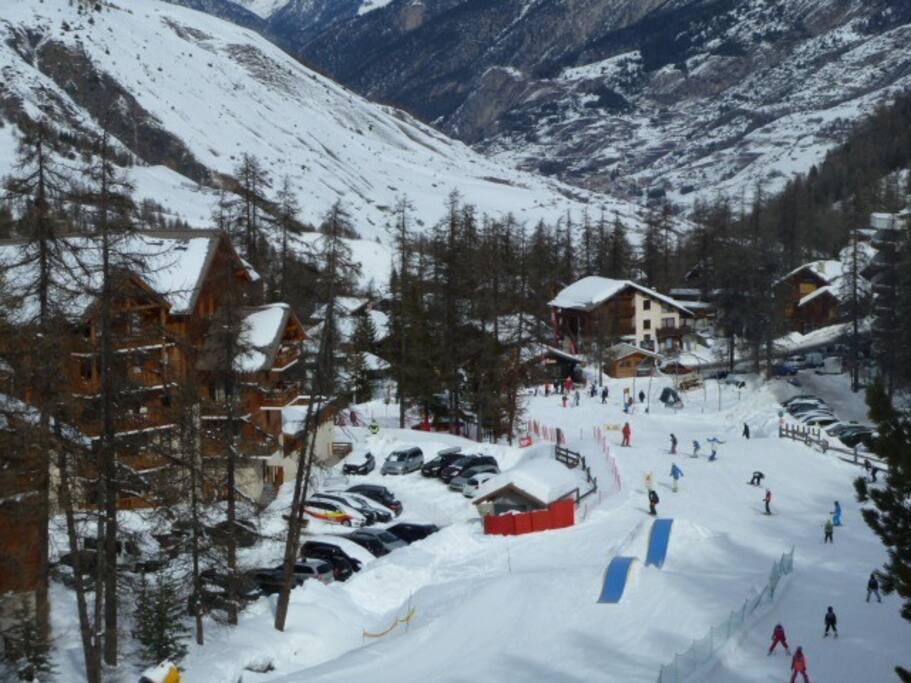Accès direct aux pistes depuis le local à ski de l'immeuble