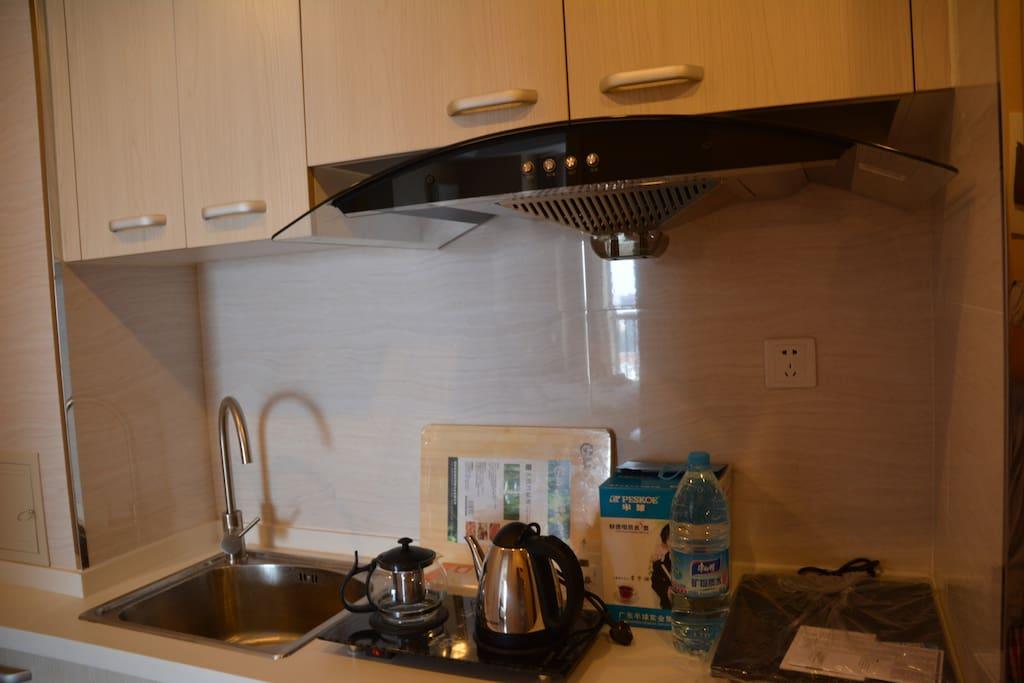 你所想用的厨房设备这里比较全,可以自己做饭吃。和在自家一样。