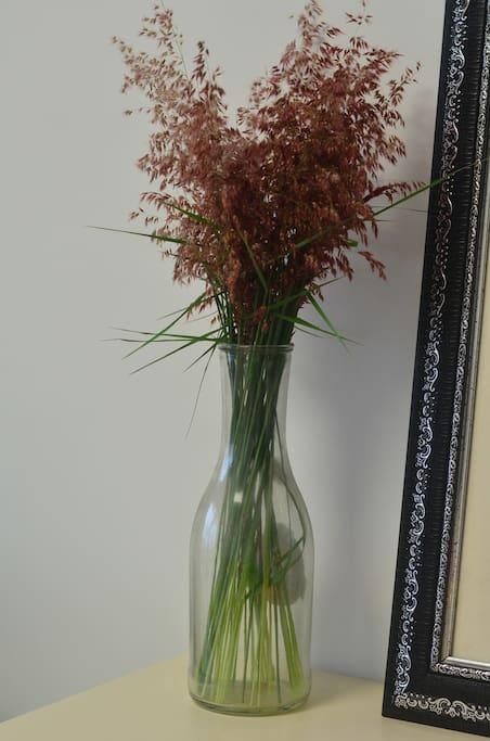 路边随手扯了一把草放瓶子里当花