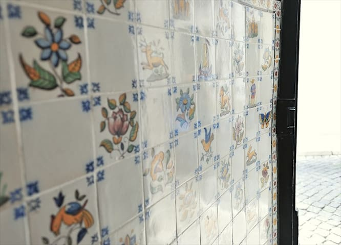 The entrance to the building has some lovely old tiles, which I believe are Viuva Lamego.