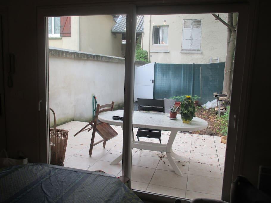 Porte-fenêtre avec vue sur la terrasse et le jardin