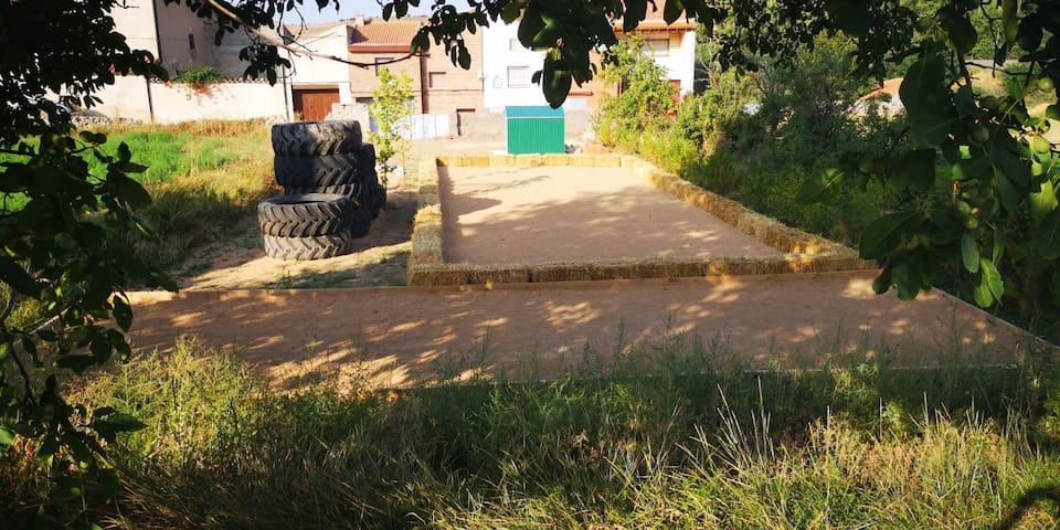 Zona petanca y birlas y juego ruedas para niños