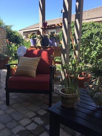 四  离安大略机场十几分钟的路程交通方便,舒适的居住环境,漂亮的花园 - Eastvale - Villa