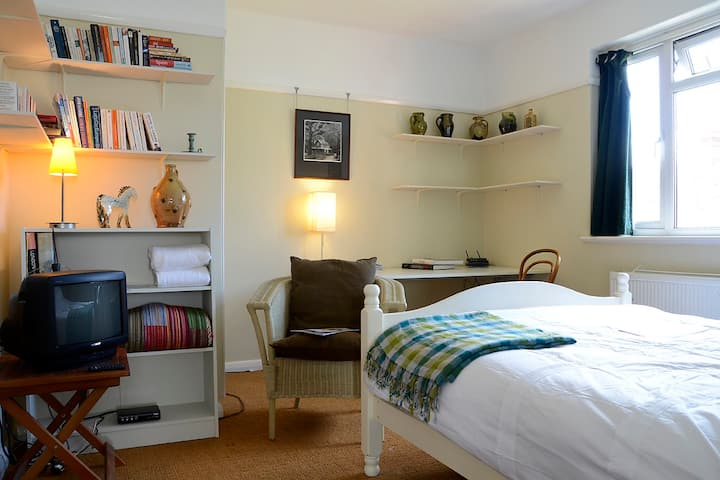 Lovely Sunny Room - City Apartment
