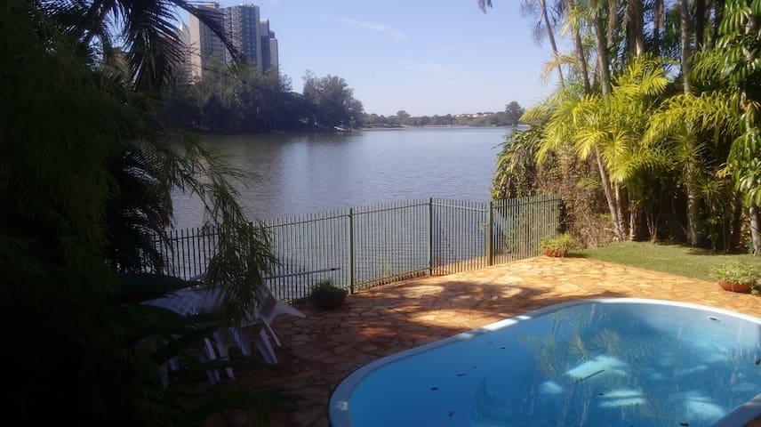 Casa no Lago - Quarto - Cartão Postal de Londrina.