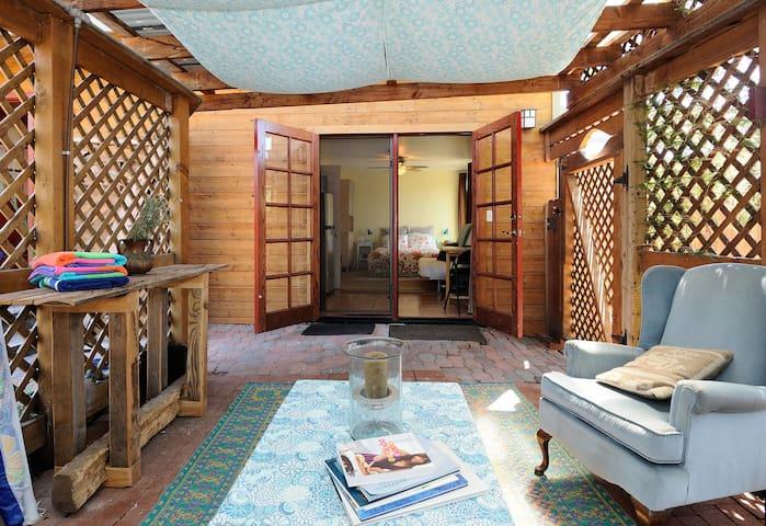 Studio w/ Courtyard 1mi to Beach - Carlsbad - Leilighet