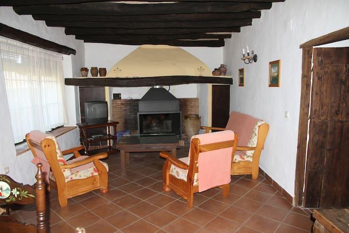 Casa 4 dor. con chimenea y jardin - Fuenteheridos - Huis