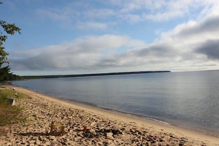 Rabbit Bay Cottage on Lake Superior - Casa