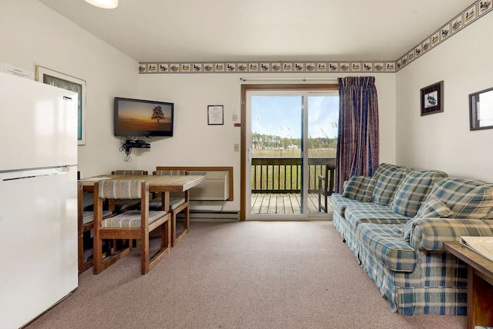 Assateague Inn 104S is an adorable Studio that sleeps 4 with lovely water views and an Outdoor Pool.