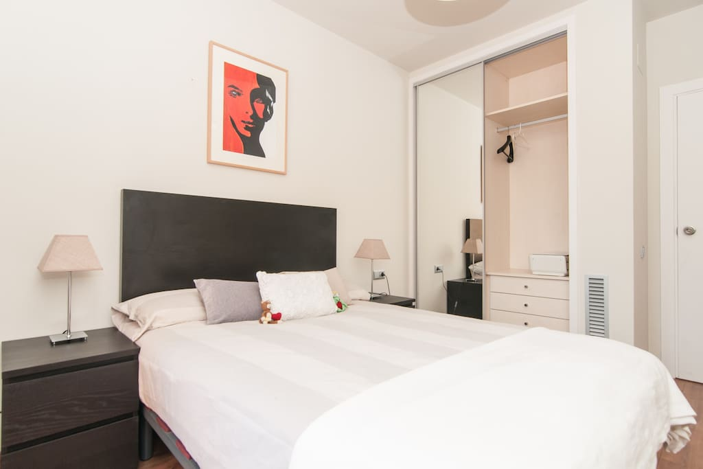 The double bedroom has a bed of 135x190, two bed side tables, and a large built-in closet.