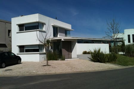 Mid Century Style & Swimming Pool - Pilar - House
