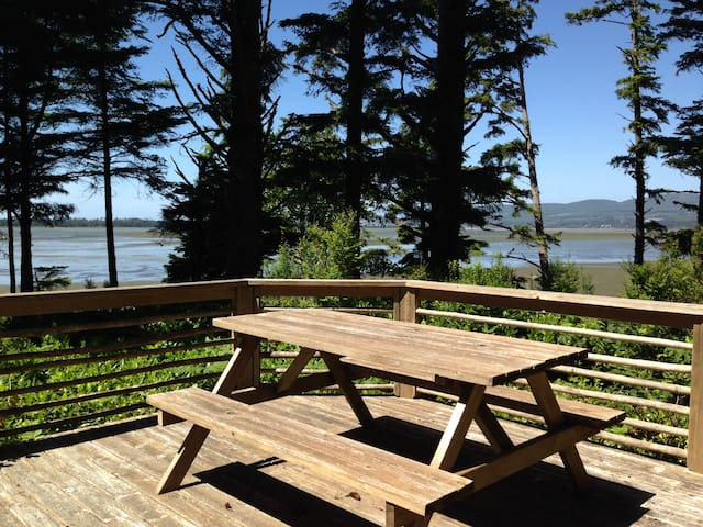 Private cottage RIGHT ON THE BAY! - Tillamook