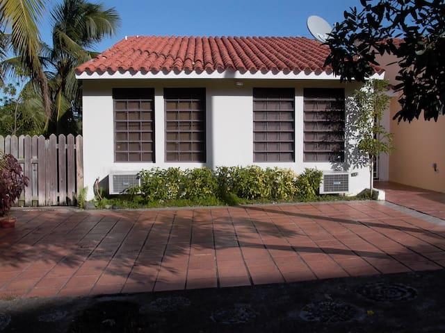 Split level corner home with garden. - Palmas del Mar - Ház
