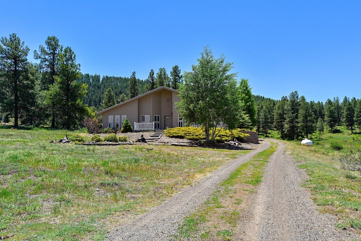 Spacious house w/ scenic views & entertainment in a quiet location!