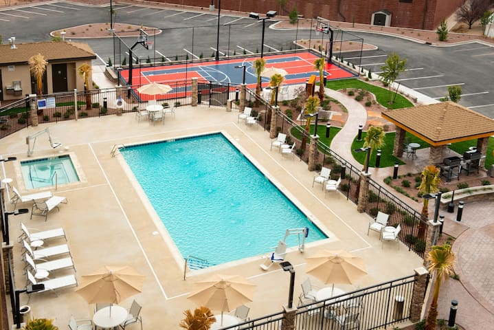 King Suite | Free Breakfast + Pool & Hot Tub Acess. Couples Retreat!