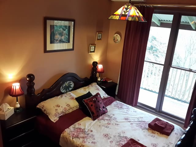 Rustic Refuge B&B Queen bedroom 2 with shared bath - Kalorama - Bed & Breakfast