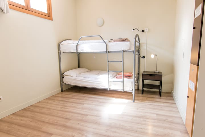 Mad4You Hostel: 2-bed mixed dorm, common bathroom