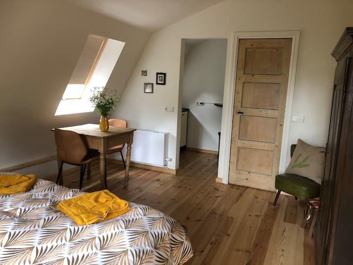 Studio 'oost', met kitchenette en badkamer