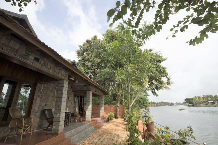 Aquabliss–'PAMBA View'-Royal river-front suite-101 - Champakulam - Hus