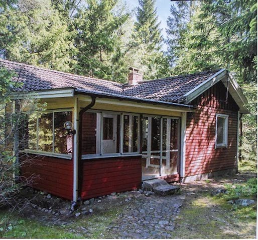 Well maintained,cosy and nice - in beatiful nature - Strömsnäsbruk - Stuga