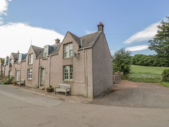 NEAR BANK COTTAGE, pet friendly, with open fire in St Abbs, Ref 801