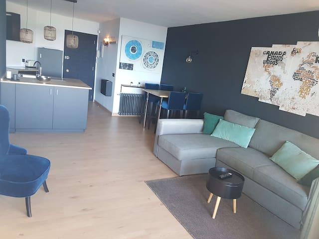 Salon séjour avec cuisine ouverte et îlot central