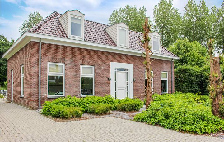Beautiful home in Zeewolde with WiFi, 4 Bedrooms and Outdoor swimming pool