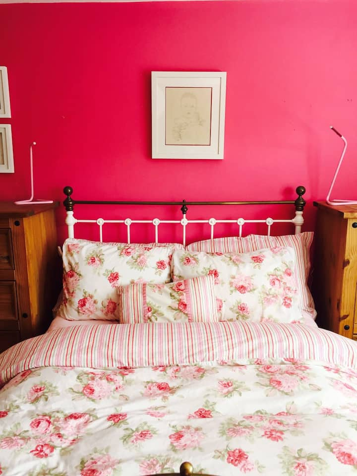 Comfortable double ensuite 5 minutes to Galway Bay