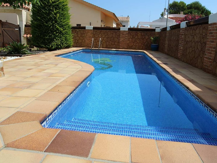 CASA HOLGUIN, Ideal house for your holidays near the sea, free wifi, air conditioning, private pool, pets allowed, dog's beach.