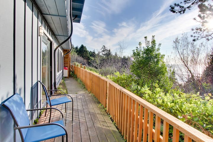 Oceanfront studio w/ ocean views & easy beach access - dogs welcome!