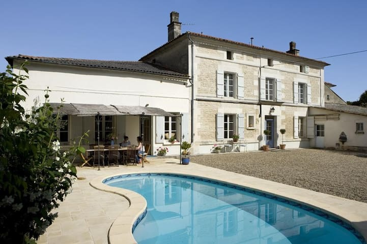Lovely French stone farmhouse with secluded pool. - Vibrac - Ev