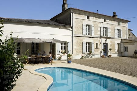 Lovely French stone farmhouse with secluded pool. - Vibrac - Hus