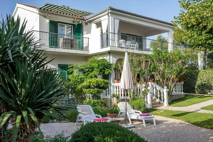 Lovely 4 bedroom apartment with beautiful garden and terrace, 50m from the beach