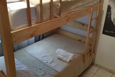 Shared comfy room 10 mins from airport - Алахуэле