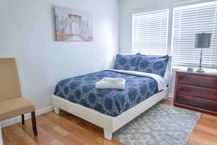 Private room w/full size bed 5 min drive from LGB