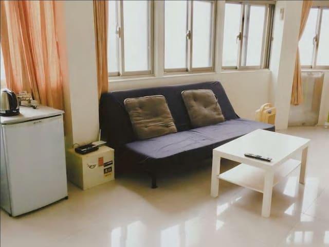 一層公寓總共三間房間、共用客廳、冰箱。