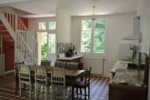 Cuisine-salle-à-manger avec accès à la terrasse